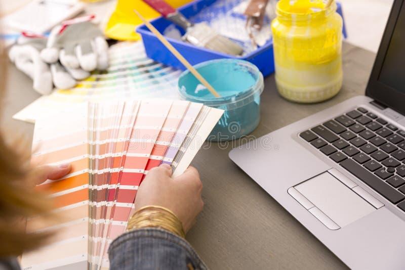 Дизайн интерьера, реновация и концепция украшения - worki женщины стоковые изображения rf