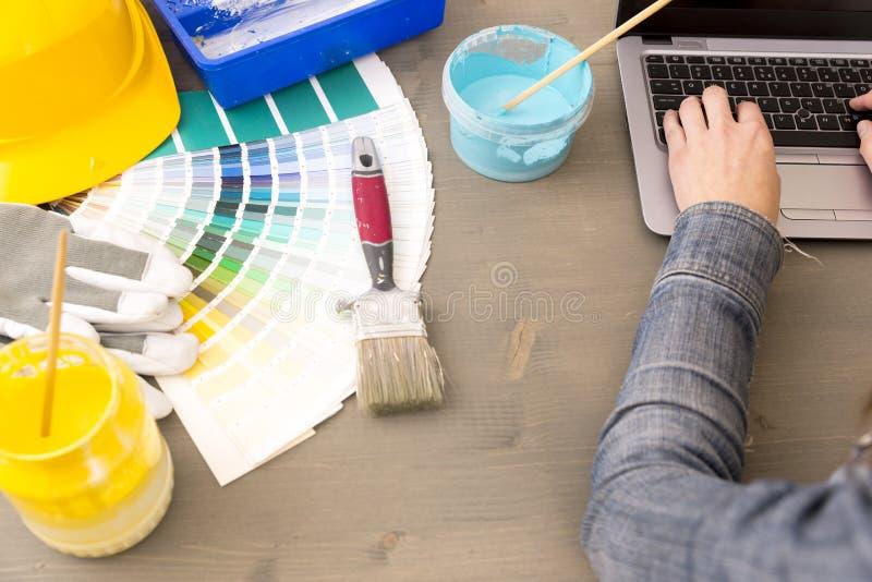 Дизайн интерьера, реновация и концепция украшения - worki женщины стоковое изображение rf