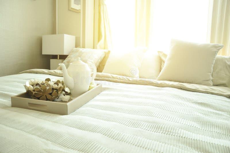 Дизайн интерьера спальни с роскошными белыми подушками на кровати и de стоковые фотографии rf