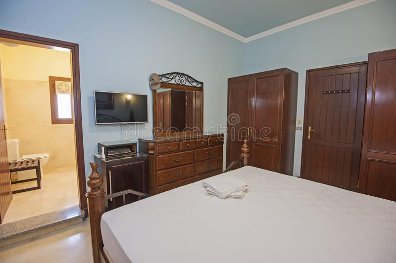 Дизайн интерьера спальни en-сюиты в доме стоковая фотография rf