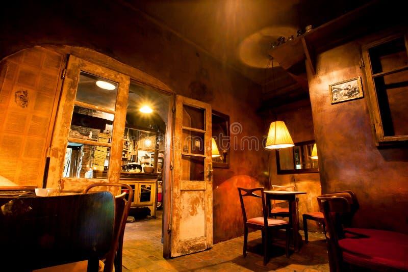 Дизайн интерьера уютного старого кафа с деревянными мебелью, дверями и лампами стоковая фотография rf