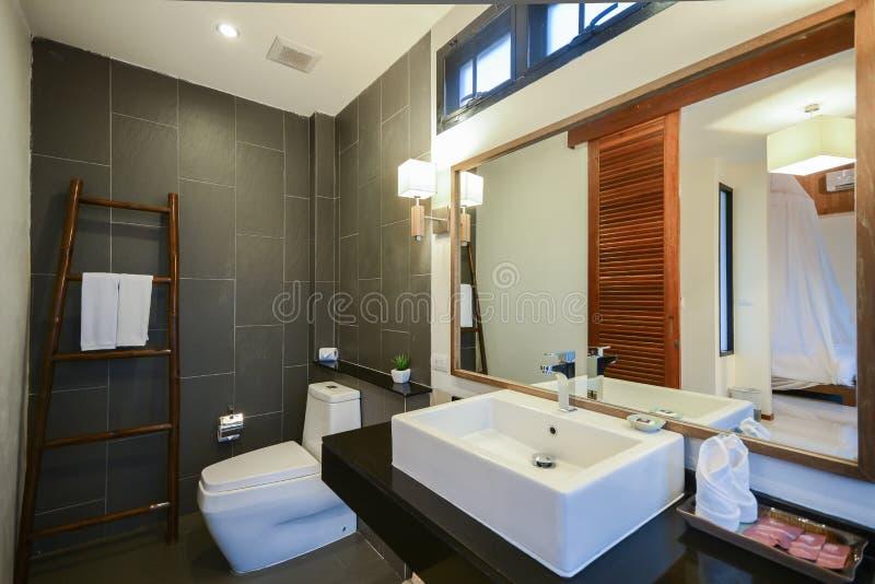 Дизайн красивой роскошной ванной комнаты хороший стоковые фото