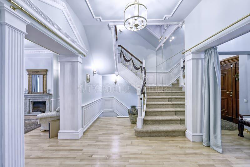 Дизайн лестниц в интерьере дома стоковая фотография rf