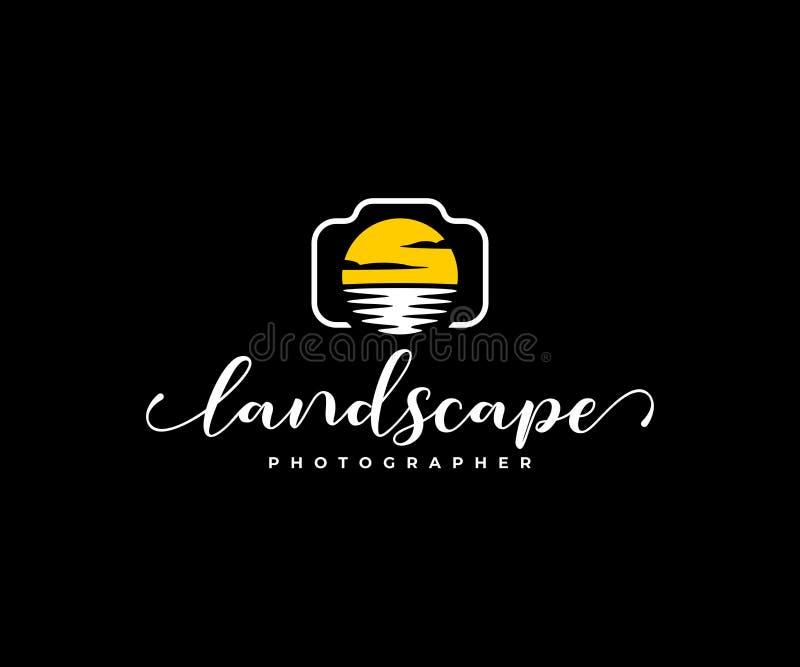 Дизайн логотипа фотографа ландшафта Цифровая фотокамера и объектив в форме дизайна вектора солнца и воды иллюстрация штока