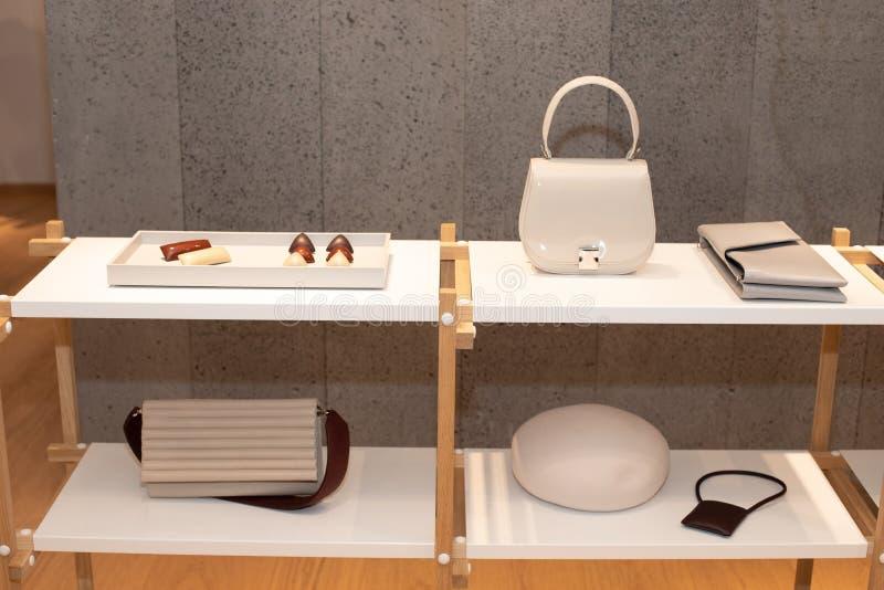 Дизайн моды одевает на стеллаже для выставки товаров в розницу стоковое изображение rf