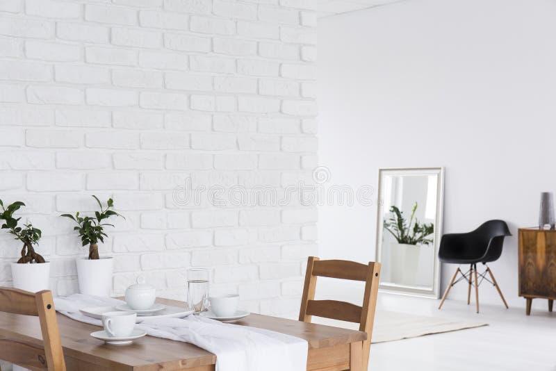 Дизайн просторной квартиры в белом космосе стоковые изображения