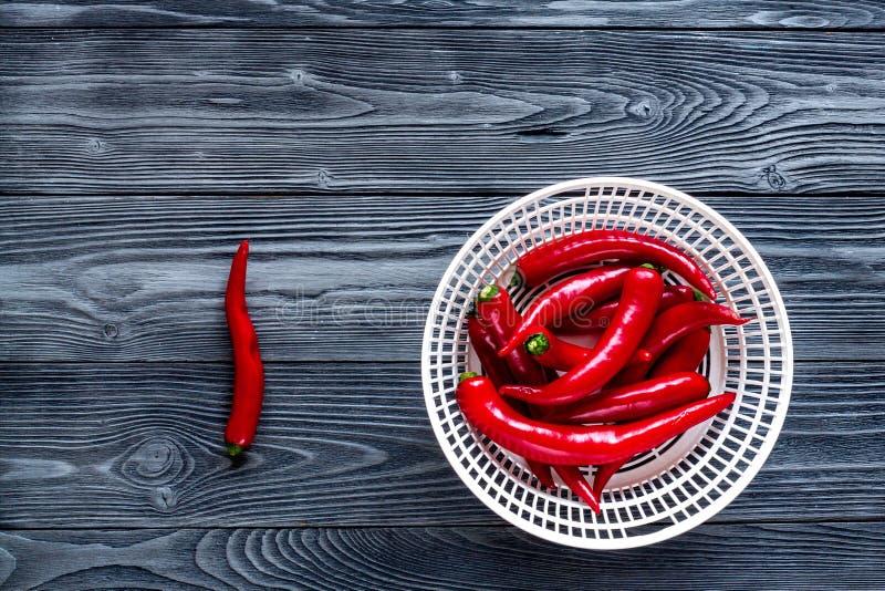Дизайн рамки перца красного chili на темном модель-макете взгляд сверху предпосылки таблицы стоковое изображение rf