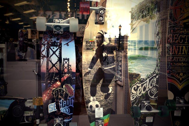 Дизайн скейтборда и окно магазина моды стоковое фото rf