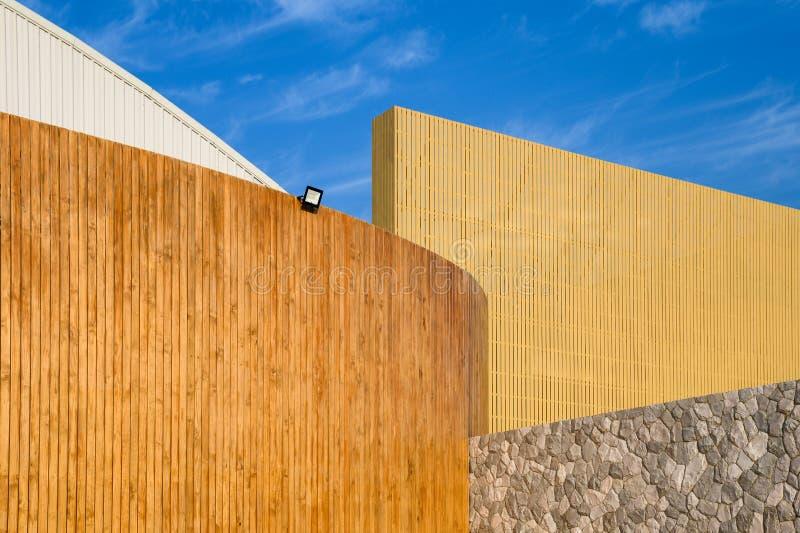 Дизайн слоя деревянного здания с голубым небом стоковая фотография