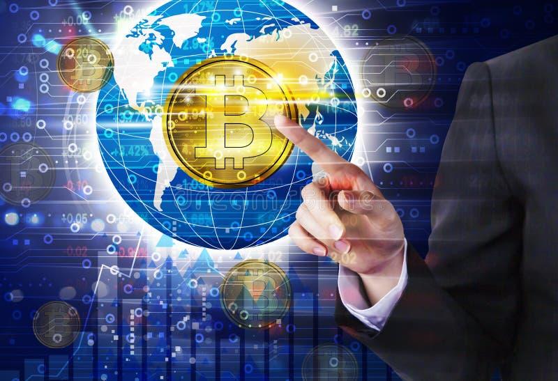 Дизайн bitcoin руки бизнес-леди касающий стоковое фото