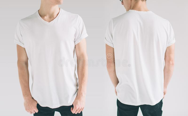 Дизайн Hirt и концепция людей - близкая вверх молодого человека в пустой белой изолированной футболке спереди и сзади Насмешка вв стоковая фотография rf