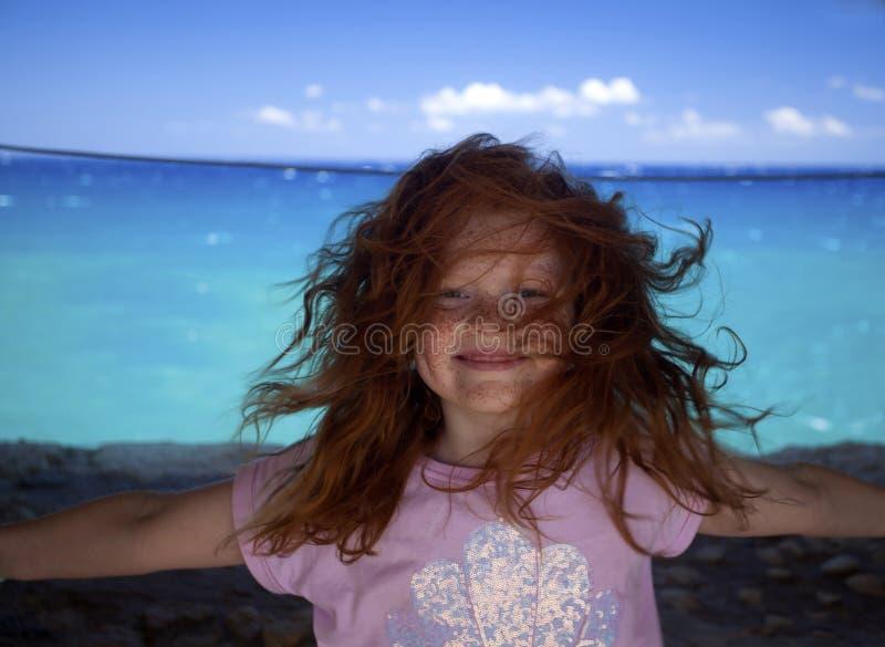 Дикая и свободная пухлая девушка стоковое фото rf