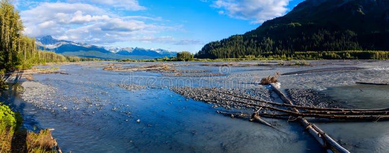 Дикая широкая река около Сьюарда на Аляске стоковая фотография
