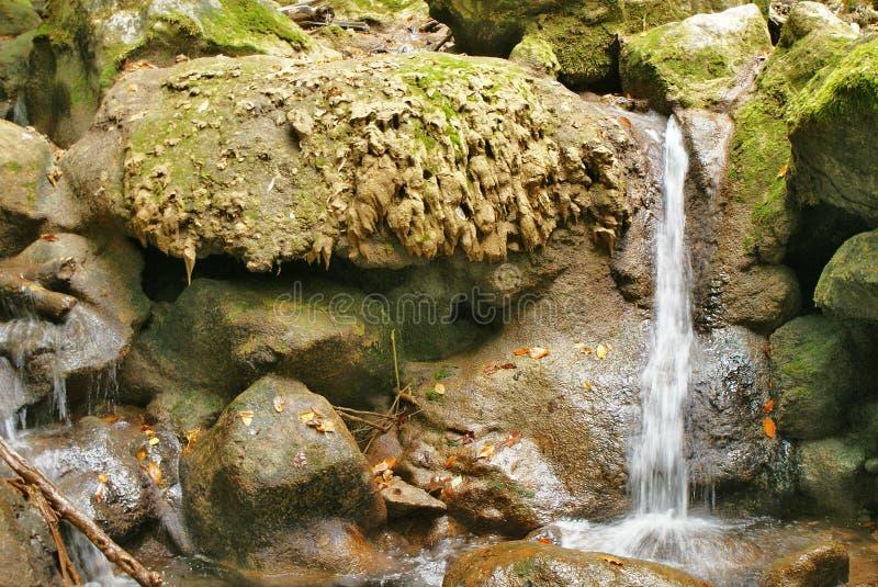 Дикие камни с солью и потоком воды стоковые фото