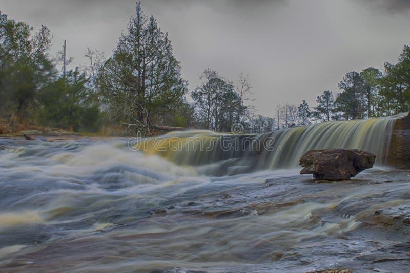 Дикий водопад реки в парке стоковые фото