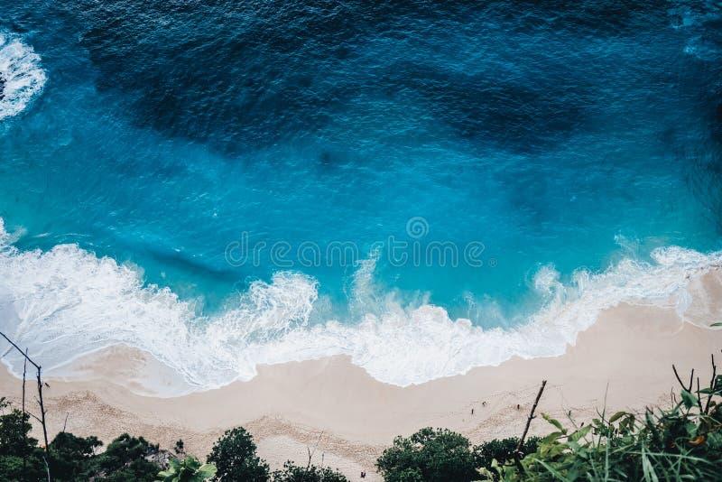 Дикий пляж, взгляд сверху, волны стоковое фото
