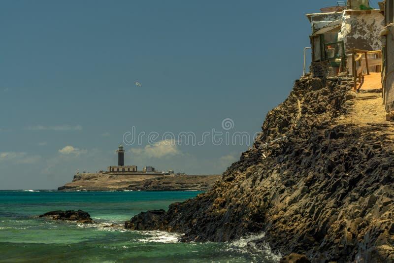 Дикое и грубое вулканическое побережье обозревая маяк Punta Jandia, Фуэртевентуры стоковые фотографии rf