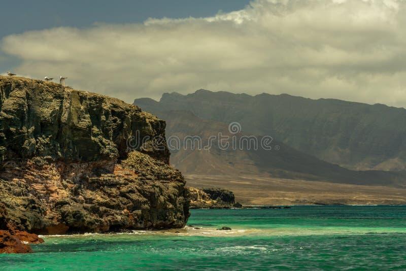 Дикое и изрезанное вулканическое побережье около Punta Jandia, Фуэртевентуры стоковое изображение rf