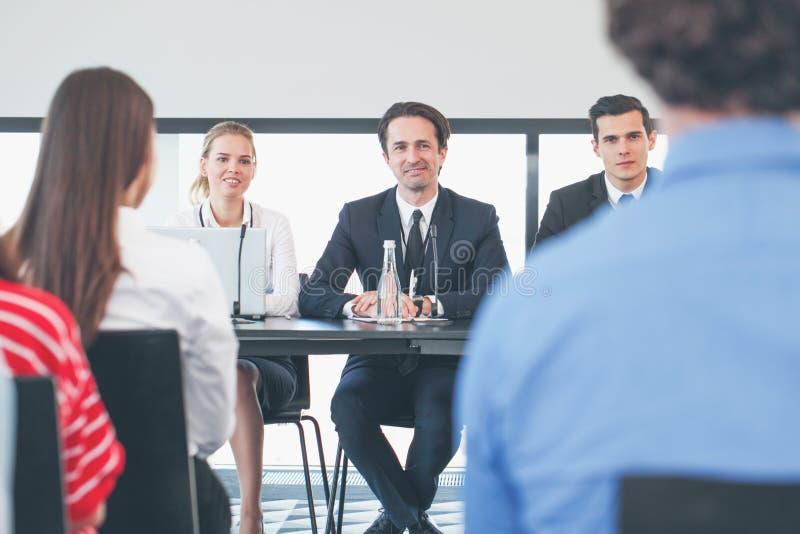 Дикторы на деловой встрече стоковые фото