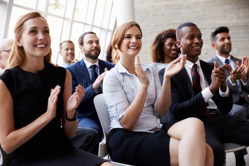 Диктор аудитории аплодируя на бизнес-конференции стоковое фото rf
