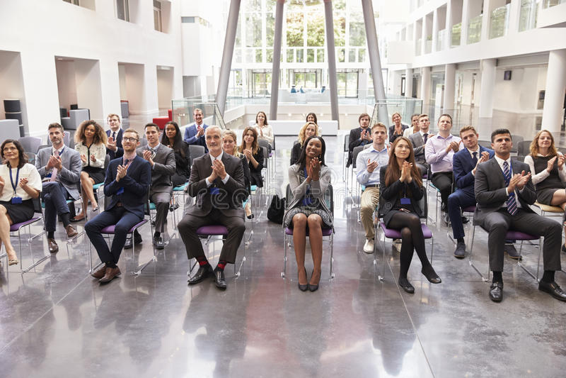 Диктор аудитории аплодируя после представления конференции стоковое фото rf