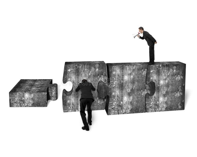 Диктор бизнесмена выкрикивая другой нажимая бетон мозаики стоковое изображение