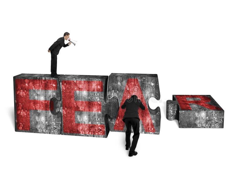Диктор бизнесмена выкрикивая другой нажимая зигзаг преграждает красный СТРАХ стоковые изображения