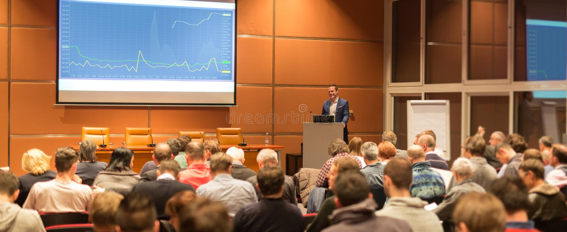 Диктор дела давая беседу на событии бизнес-конференции стоковые изображения rf