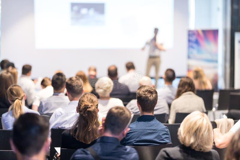 Диктор дела давая беседу на событии бизнес-конференции стоковая фотография