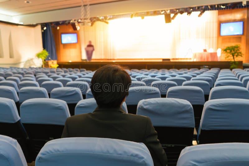 Диктор подготавливает читать лекцию прежде чем люди приходят конференц-зал стоковое изображение rf