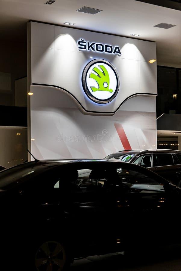 Дилерские полномочия бренда чеха Skoda автоматического в Havirov в вечерних часах стоковые фотографии rf