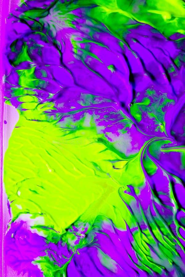 Динамическая жидкая краска цвета брызгает предпосылку Фон голубых и апельсина смешанный жидкостный Абстрактное мраморизуя влияние стоковая фотография rf