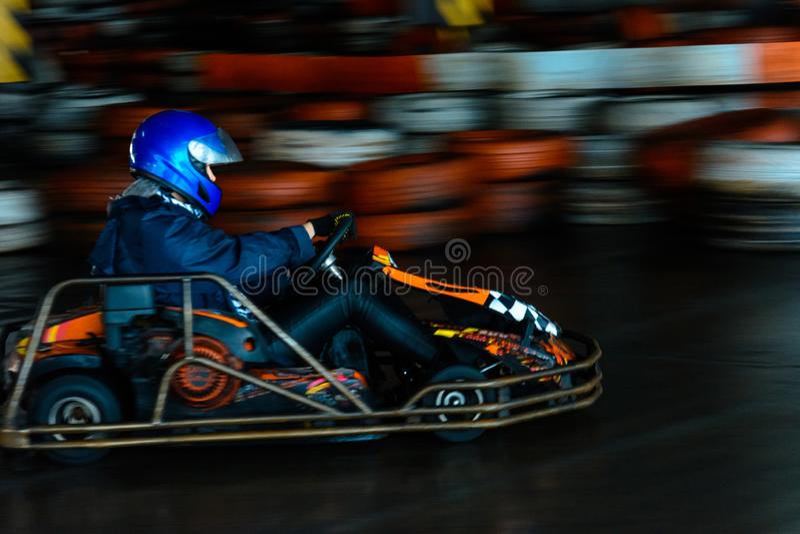 Динамическая karting конкуренция на скорости с расплывчатым движением на оборудованном ипподроме стоковое изображение