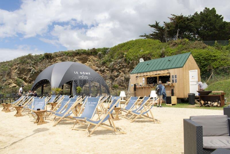 Динар, Франция - 14 июня 2019 года 'Le Dome Dinard Camping du Port Blanc Dinard' Показывает гостям передвижную дорожную кухню стоковое изображение
