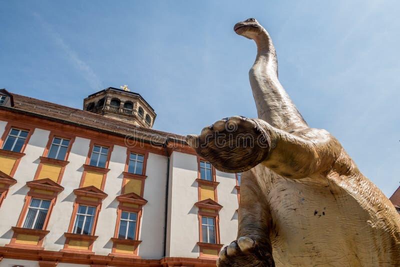 Динозавр в живописном старом городке стоковая фотография