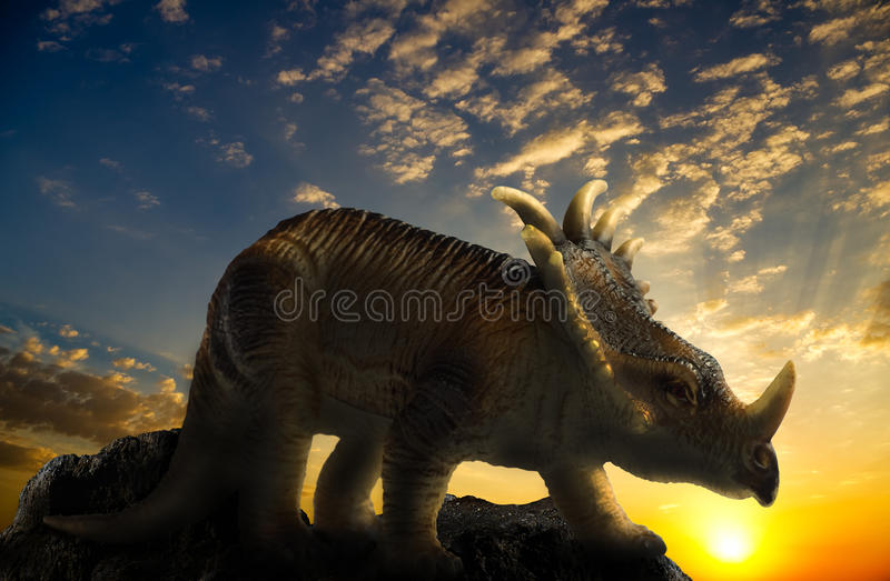Динозавр на утесе бесплатная иллюстрация