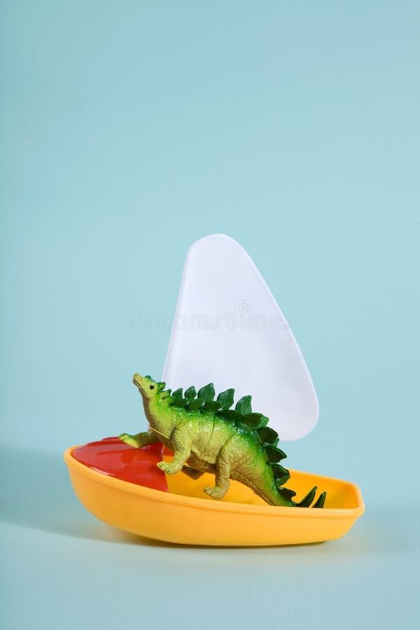 Динозавр на шлюпке стоковые фотографии rf