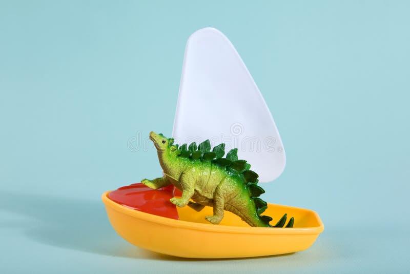 Динозавр на шлюпке стоковые изображения