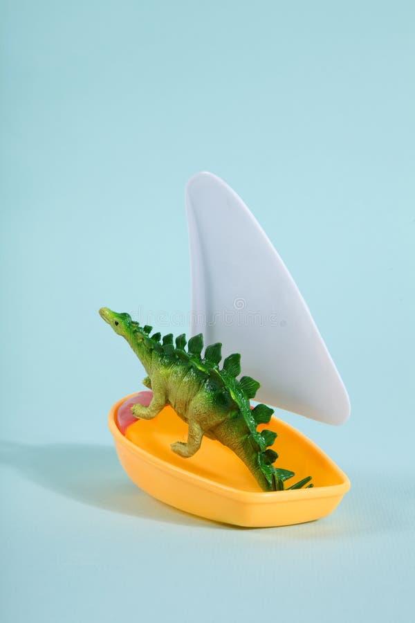 Динозавр на шлюпке стоковое изображение rf