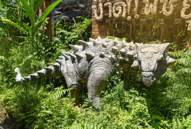 Динозавр статуи в саде стоковая фотография rf