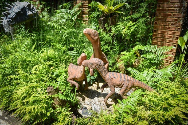 Динозавр статуи в саде стоковая фотография