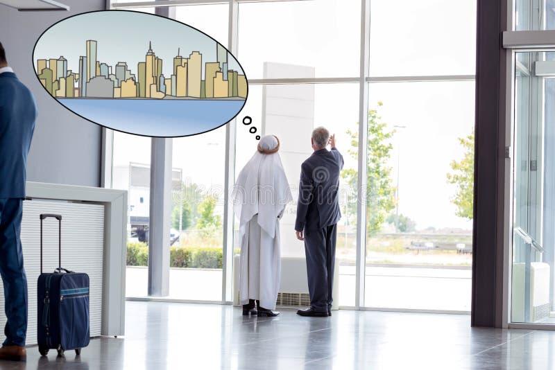 Директор показывает прогресс компании к арабскому гостю стоковые фото