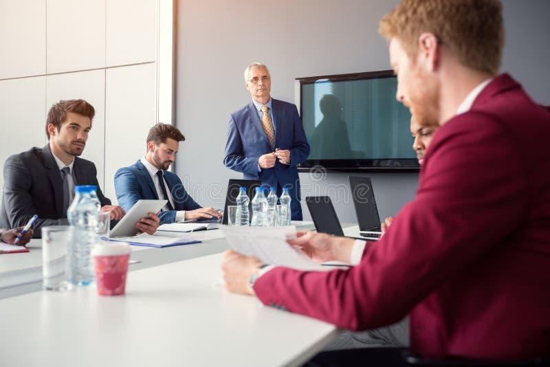 Директор с работодателями в конференц-зале стоковое фото