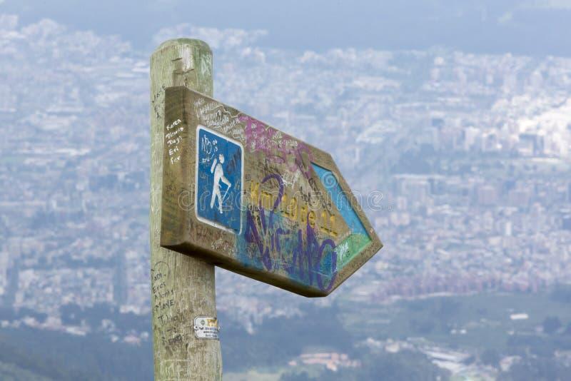 Дирекционный столб знака к вулкану Pichincha, с Кито в th стоковые фотографии rf