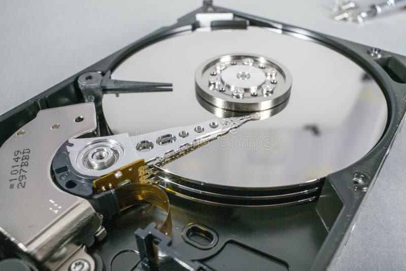 Диски жёсткого диска Раскройте жёсткий диск hdd Спасение данных от поврежденных средств массовой информации стоковые изображения