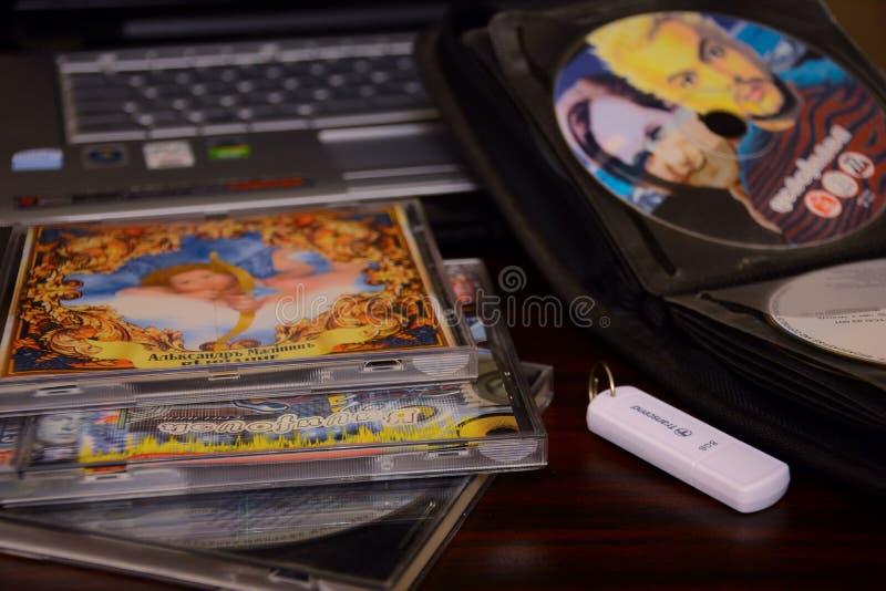 Диски КОМПАКТНОГО ДИСКА DVD, тетрадь стоковое изображение rf