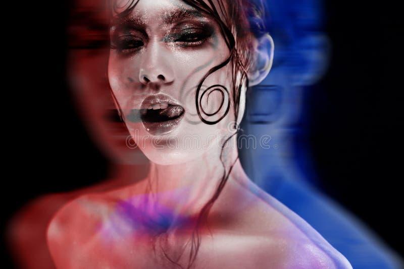 Диско-портрет с стерео влиянием, 3D Состав с влажным блеском взгляда, темная предпосылка красивой девушки яркий стоковые изображения