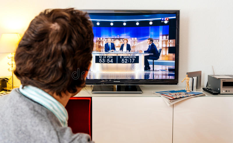 Дискуссия сторонника выбранного наблюдая между Emmanuel Macron и стоковые фото