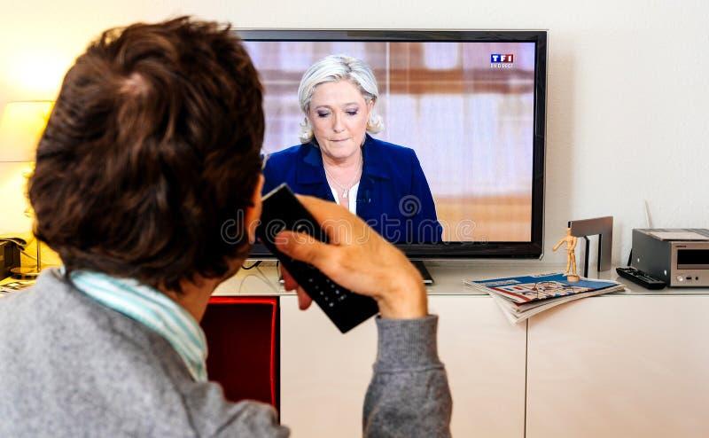 Дискуссия сторонника выбранного наблюдая между Emmanuel Macron и стоковое фото