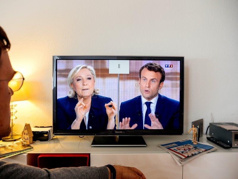 Дискуссия сторонника выбранного наблюдая между Emmanuel Macron и стоковые изображения rf